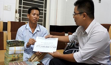 Đại điện báo Dân trí trao số tiền 477.340.000 đồng do bạn đọc ủng hộđến anh Nguyễn Văn Nam