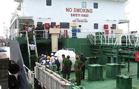 Lực lượng chức năng khám nghiệm con tàu bị cướp