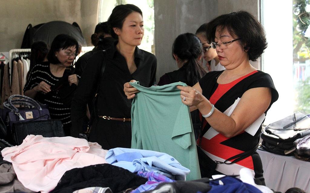 Quần áo thời trang cũng đua nhau giảm giá