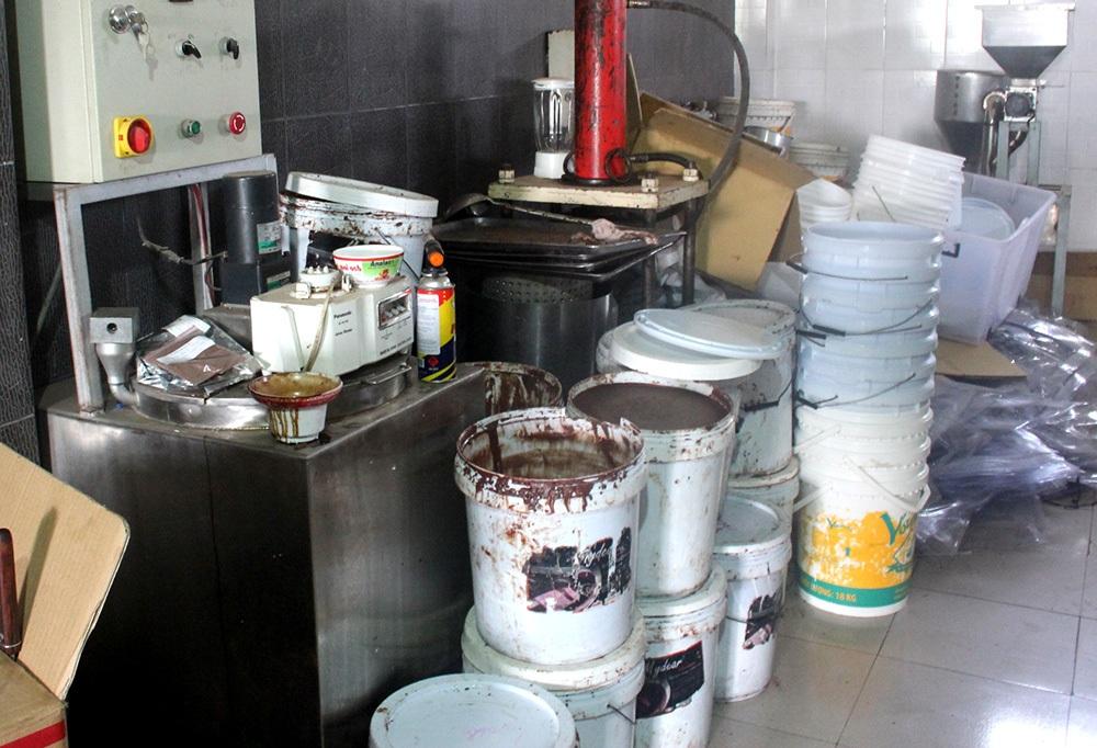 Nguyên liệu làm Chocolate để trong các thùng rất mất vệ sinh