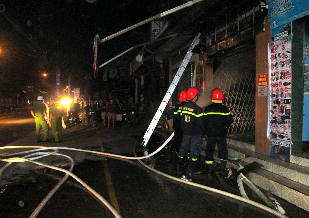 Cảnh sát phòng cháy chữa cháy xịt nước dập tắt đám cháy