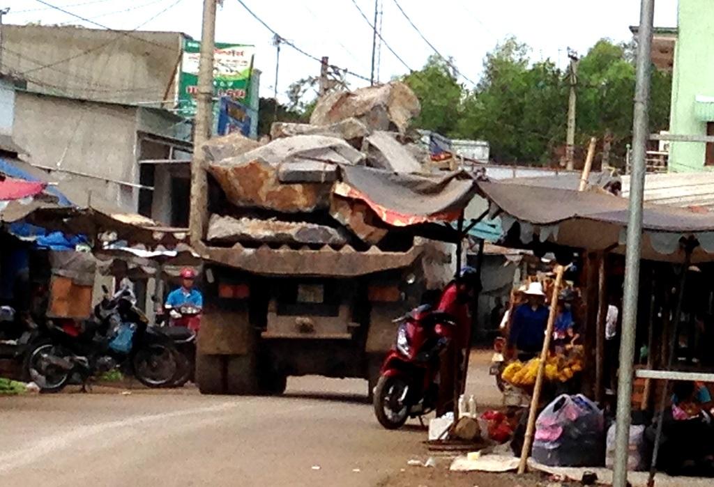 Một xe ben chở đá ầm ầm lao qua chợ, bất chấp những nguy hiểm khôn lường.