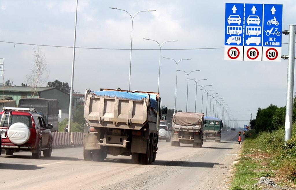 Xe tải ben chở đá lưu thông trên đường Võ Nguyên Giáp, Tp Biên Hoà, tỉnh Đồng Nai