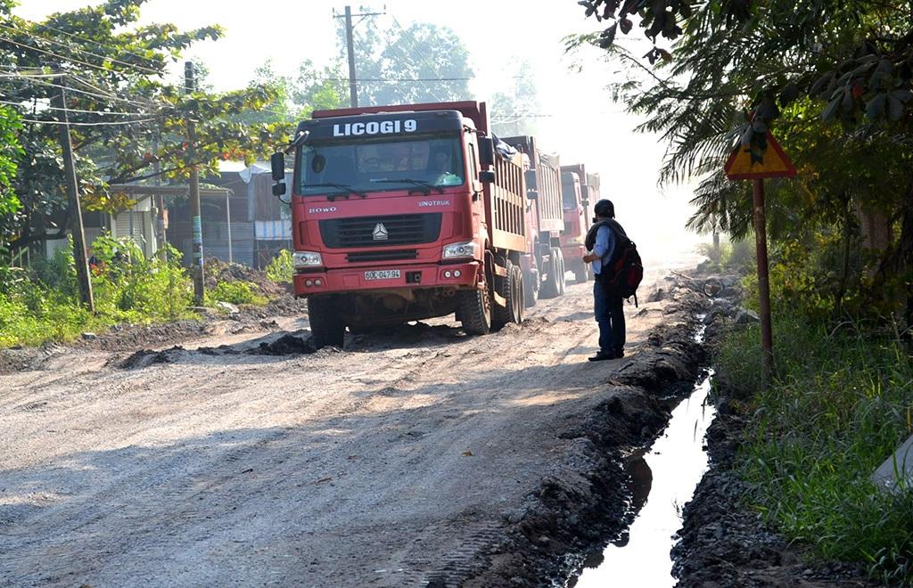 Nhiều tuyến đường bị xe quá tải băm nát