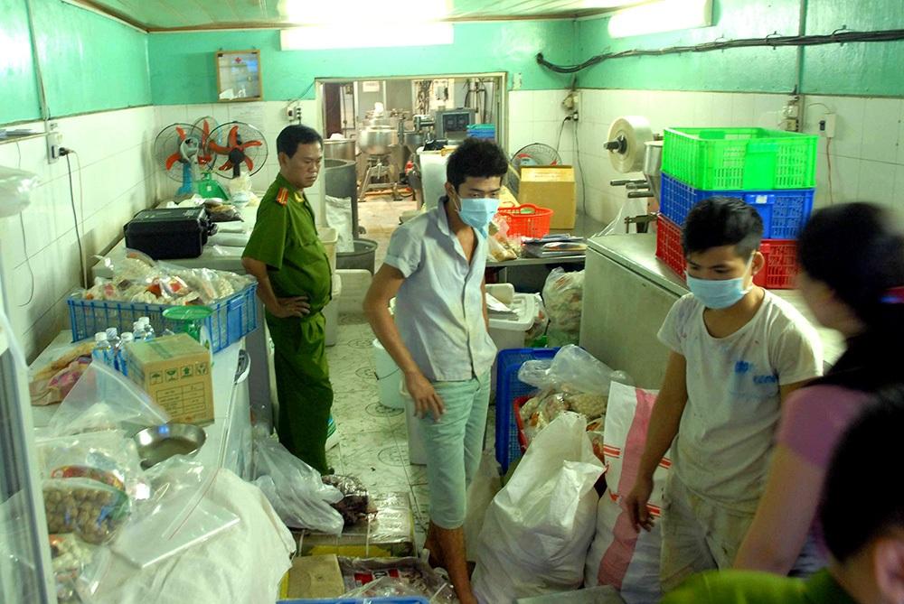 Lực lượng chức năng kiểm tra khu vực sản xuất của Công ty Hòa Bình