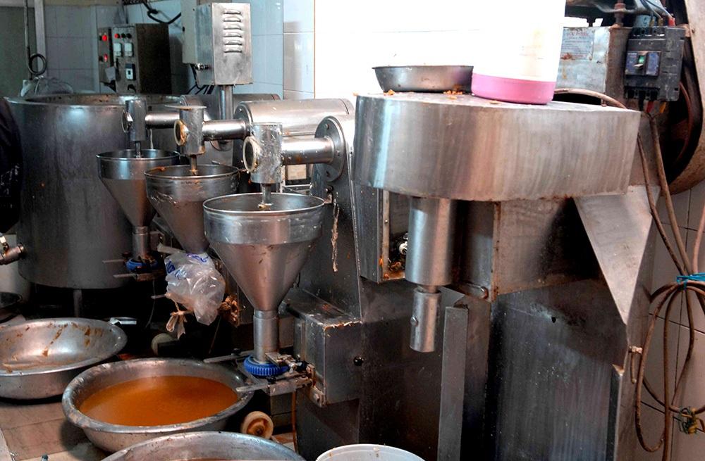 Máy móc chế biến không đảm bảo vệ sinh, nhiều nguyên liệu không rõ nguồn gốc xuất xứ