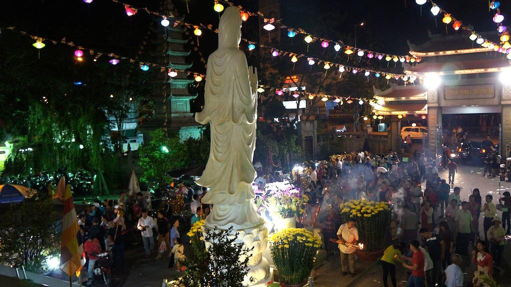 Người dân đến chùa Vĩnh Nghiêm sau thời khắc giao thừa
