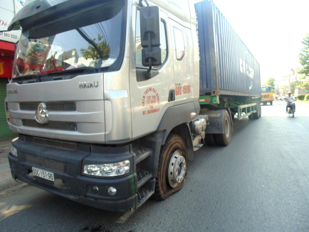 Xe Container bị bể lốp sau khi gây tai nạn