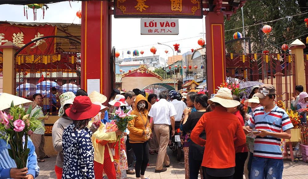 Khách đến hành hương vào chiều 14 tháng Giêng sẽ vào Chùa Bà theo cổng phụ hai bên