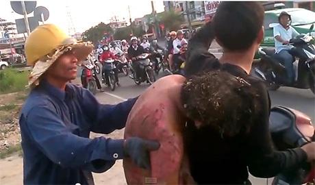 Người thanh niên chở nạn nhân (áo đen) cố gắng gọi chiếc taxi hãng Mai Linh
