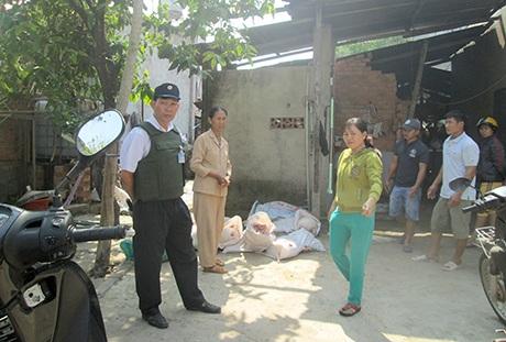 Lực lượng liên ngành kiểm tra tra cơ sở giết mổ của bà Ninh Thị Thái.