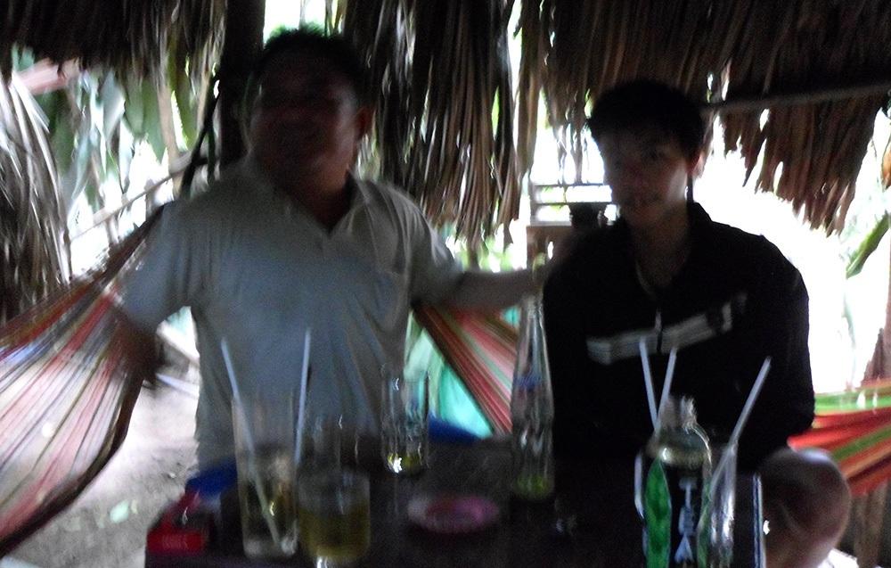 Hiệp sĩ Thanh Hải (bìa trái) vạch mặt tên trộm 9 ngón tại quán cà phê