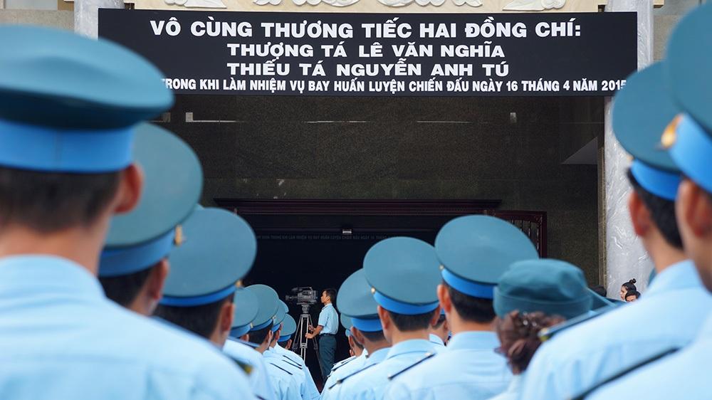 7h sáng, đồng đội có mặt tại nhà tang lễ Bộ Quốc phòng viếng hai phi công hy sinh khi làm nhiệm vụ
