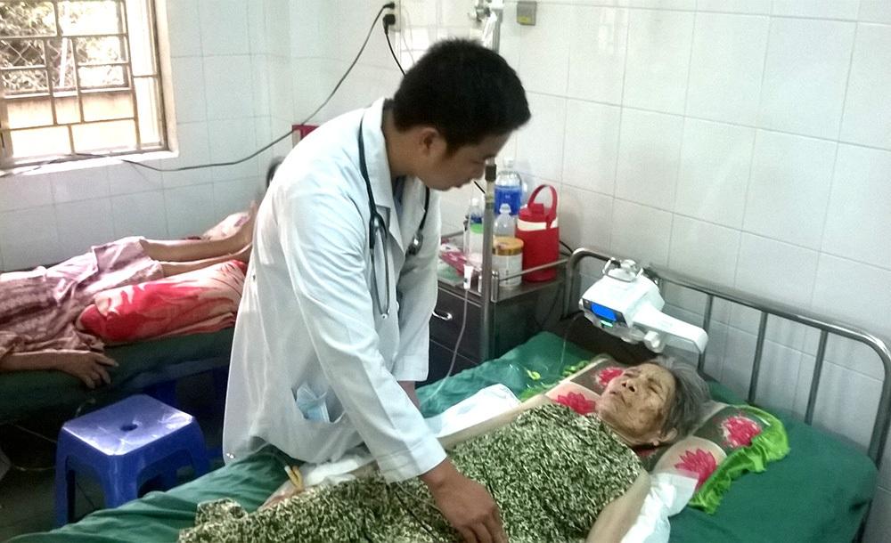 Cụ bà Cao Thị Chuông hiện đang được các bác sĩ chăm sóc sau ca mổ