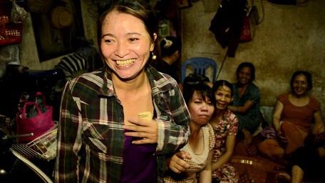 Chị Hồng hạnh phúc trở về căn nhà trọ, cùng chia sẻ niềm vui với mọi người