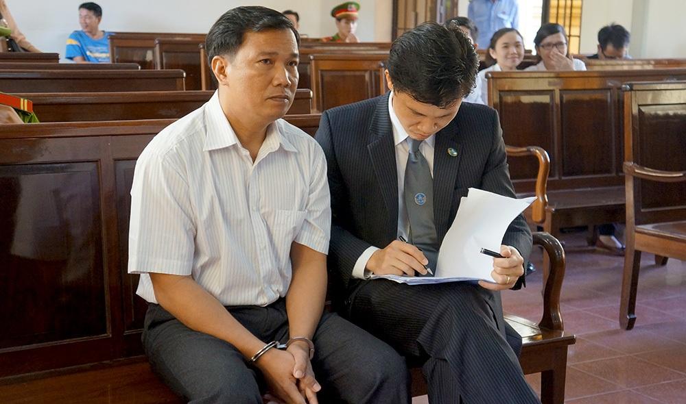 Bị cáo Ngô Văn Vinh và luật sư bào chữa tại tòa sáng 21/5