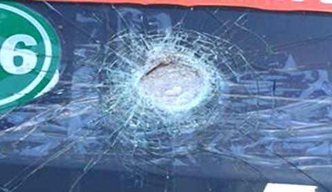 Kính xe bị thủng một lỗ lớn ngay phía trên đầu tài xế