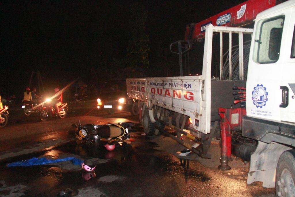 Chiếc xe tải cẩu không kịp tránh đã tông vào xe máy