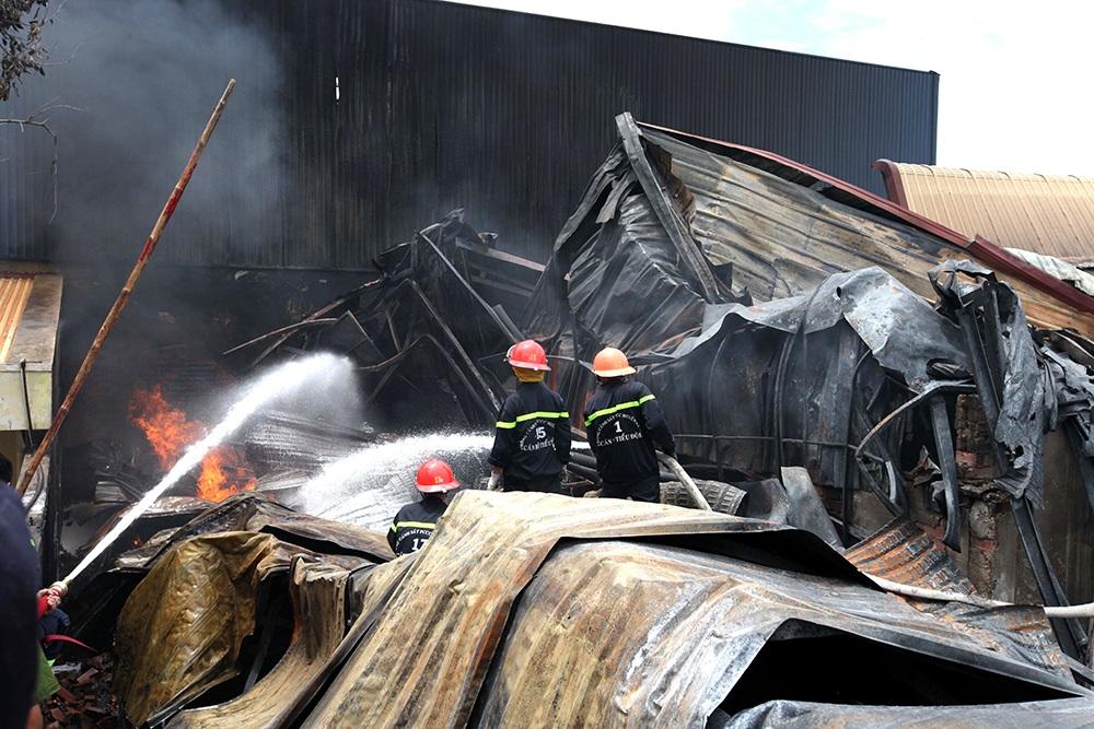 Khiếp đảm sau vụ cháy cực lớn suốt 10 tiếng tại công ty sơn