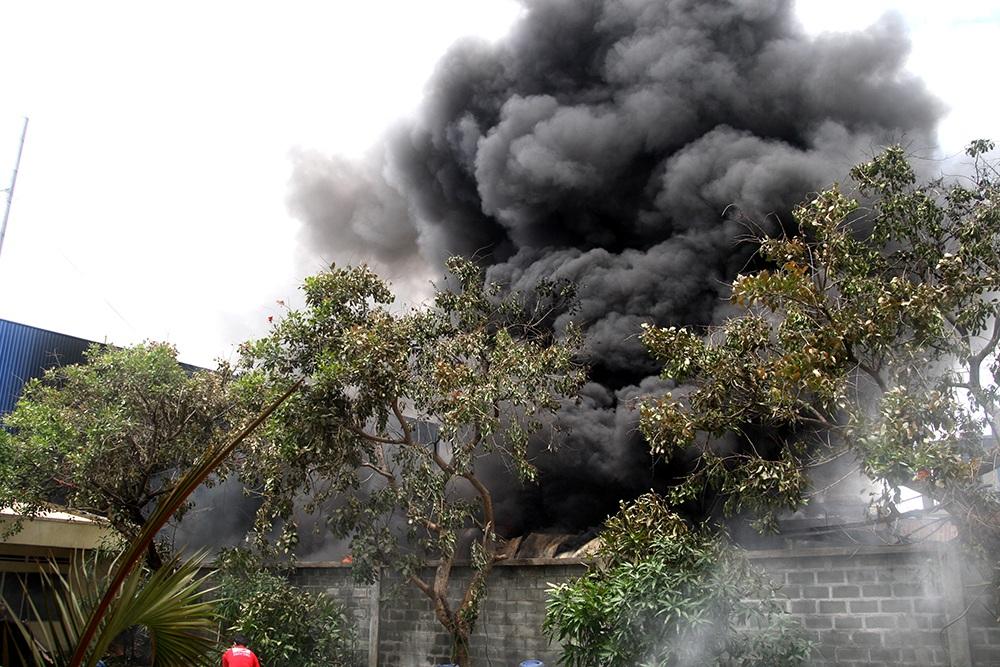 Một số hình ảnh hiện trường vụ cháy tại Công ty Sơn Nam Phát.