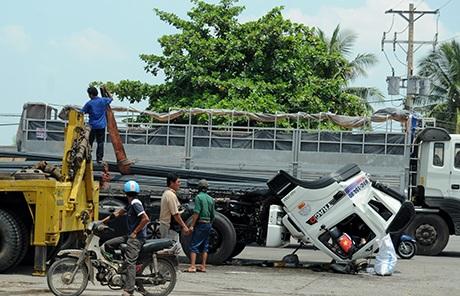 Đầu xe container lật úp xuống mặt đường sau vụ tai nạn