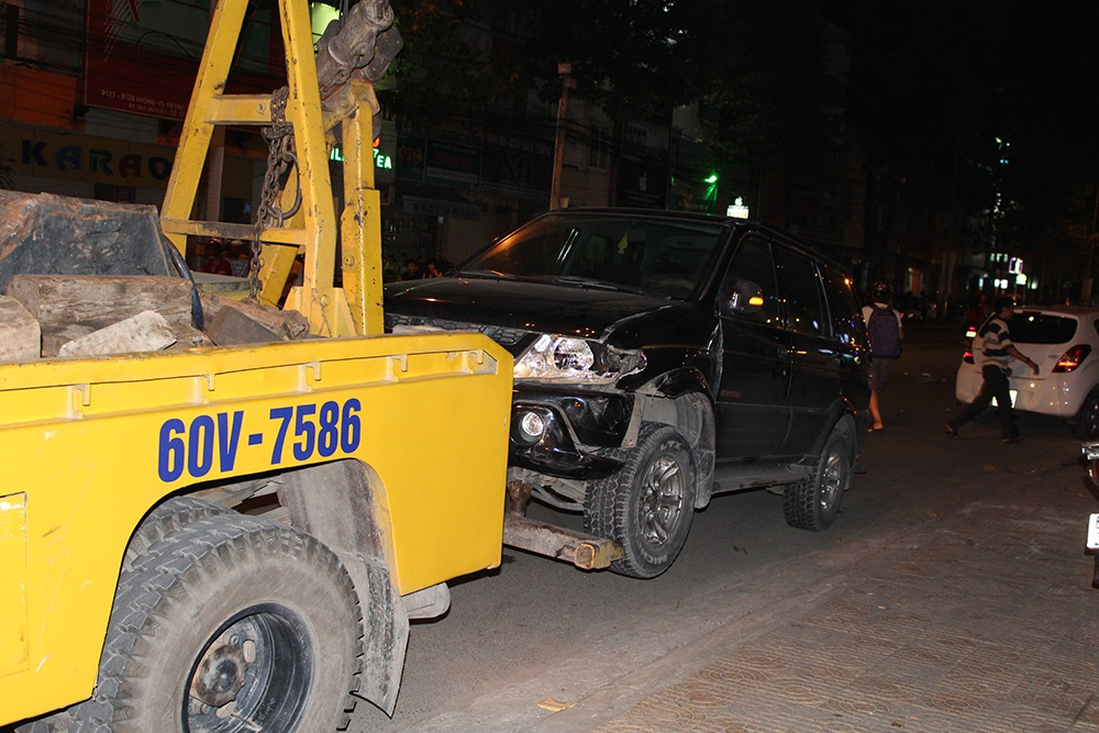 Xế hộp 7 chỗ bị hư hại phần đầu xe sau vụ va chạm liên hoàn