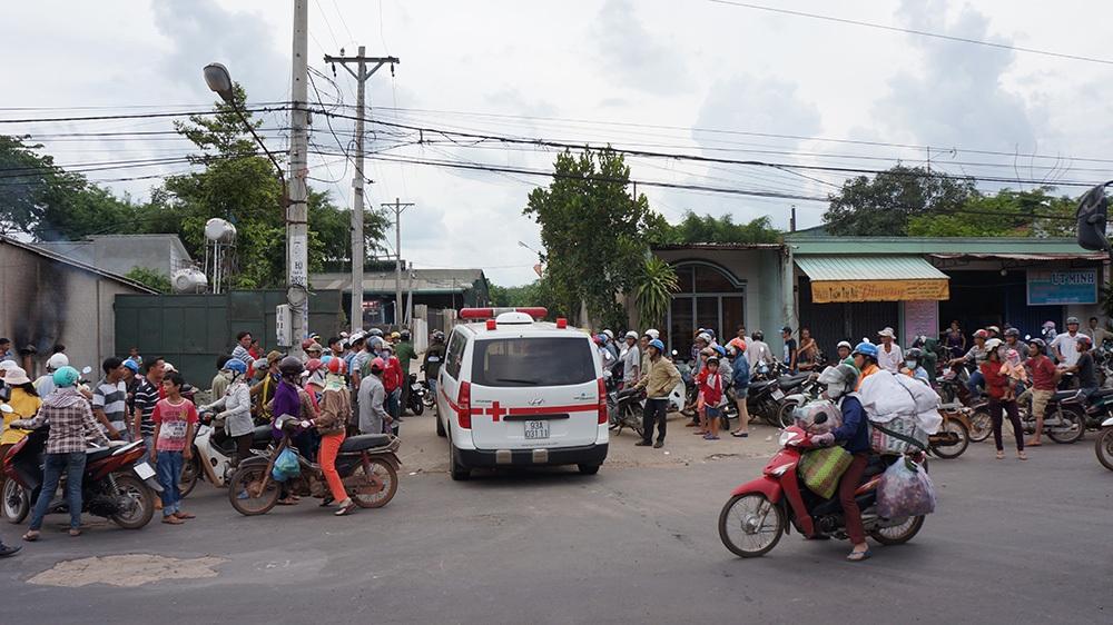 Xe cứu thương chạy vào hiện trường vụ thảm sát từ cổng sau để đưa 6 nạn nhân ra ngoài.