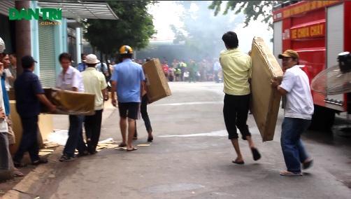 Các công nhân nỗ lực đưa tài sản ra bên ngoài trước khi lửa bén đến