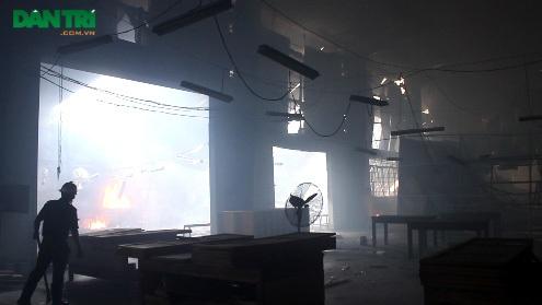 Cả khà xưởng rộng hàng ngàn m2 bị thiêu rụi đổ sập