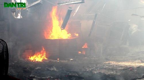 Ngọn lửa bùng lên dữ dội tại công ty gỗ