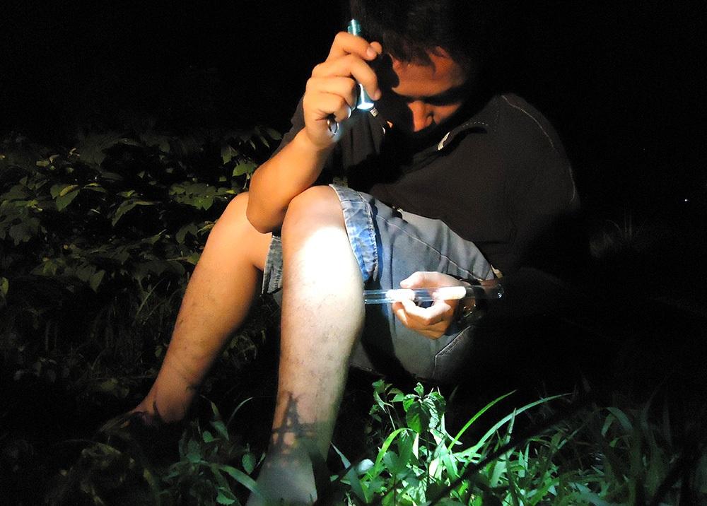 Y sĩ Đặng Hoàng Thế lấy thân làm mồi nhử muỗi