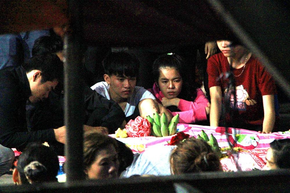 Người thân các nạn nhân đón gia đình ông Mỹ trong nước mắt tang thương