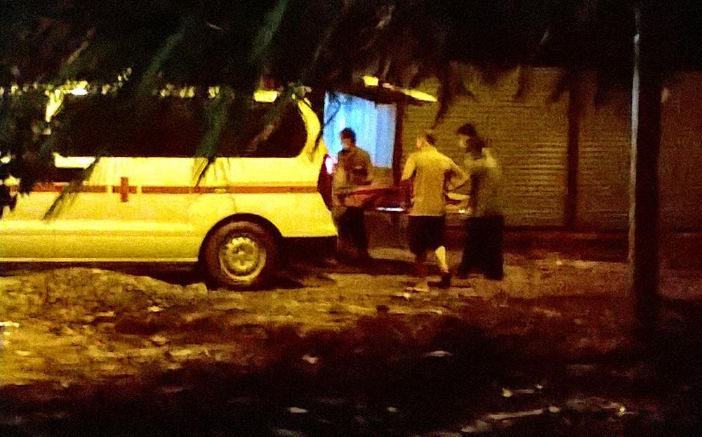 Xe cứu thương chở các nạn nhân từ nhà xác bệnh viện Đa khoa huyện Chơn Thành về nhà lo hậu sự