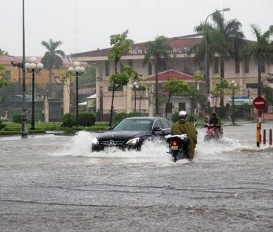 Nước ngập khiến giao thông, đời sống của người dân bị đảo lộn