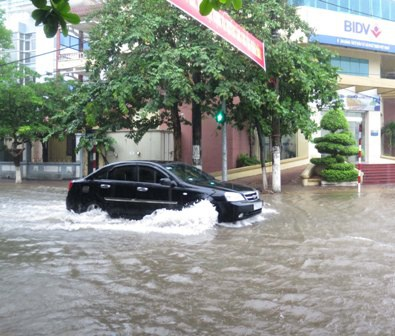 Đến 17h chiều, mưa ngớt, lượng nước ngập cũng phần nào được giải phóng.