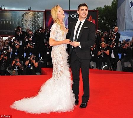 Zac và bạn diễn Maika Monroe tạo dáng trên thảm đỏ