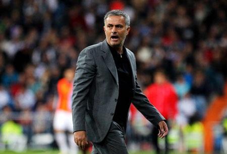 Mourinho tiếp tục đóng vai thợ hàn trong chuyến hành quân đến Iberostar