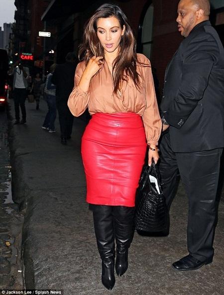 Sáng cùng ngày, cô xuất hiện với chiếc váy da màu đỏ và bốt cao cổ