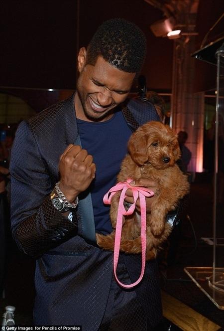 Usher đã bỏ ra 12.000 USD để sở hữu chú chó đáng yêu tại buổi đấu giá ở New York