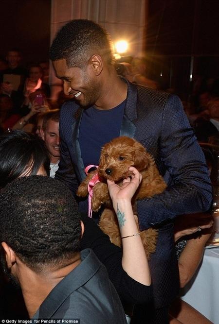 """Usher hạnh phúc đón """"thành viên mới"""" trong gia đình anh"""
