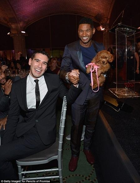 """Usher chụp ảnh cùng người sáng lập quỹ từ thiện Adam Braun với """"phần thưởng"""" trên tay"""