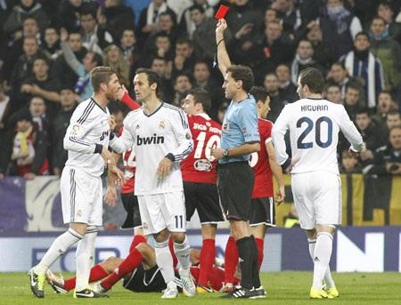 Real Madrid thường xuyên chơi chấp người vì những chiếc thẻ phạt lãng nhách