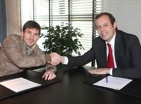 Messi và chủ tịch Rosell trong buổi lễ ký hợp đồng