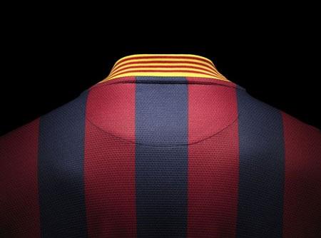 Chiếc cổ áo được thiết kế theo hình chữ V.