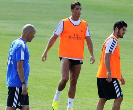 Hai ngôi sao Cristiano Ronaldo và Isco được chia vào một nhóm dưới sự dẫn dắt của Zidane.