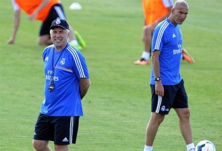 Zidane và Ancelotti trao đổi ý kiến về màn trình diễn trong buổi tập đầu tiên của các học trò.