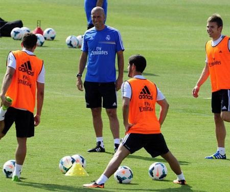 Hai tân binh bom tấn Illaramendi và Isco rất hào hứng khi được huyền thoại Zidane hướng dẫn.