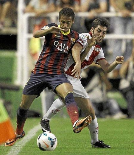 Neymar đang hút những pha phạm lỗi về phía mình để Messi tỏa sáng