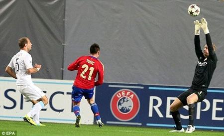 Tosic, một người cũ của Man City mở tỉ số cho CSKA bằng cú lốp bóng đẹp mắt