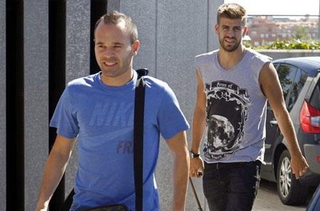 Ưu tiên hàng đầu của Barcelona là giữ chân Pique và Iniesta